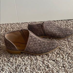 Cute shoes with cutout detail!